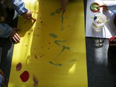 okul-öncesi-etkinlikleri-tebeşirden-parmak-boyası