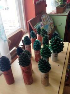 okul-öncesi-dünyam-kozalak-ile-ağaç-etkinliği
